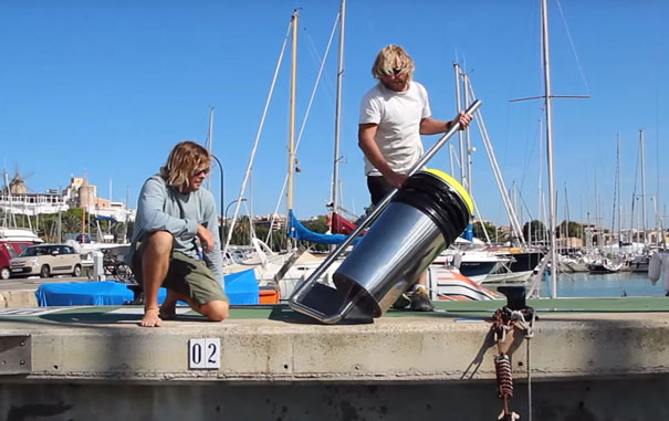 Плавающее мусорное ведро очищает океан