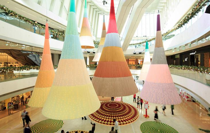 Светящиеся ёлки танцуют и сверкают в торговом центре в Гонконге