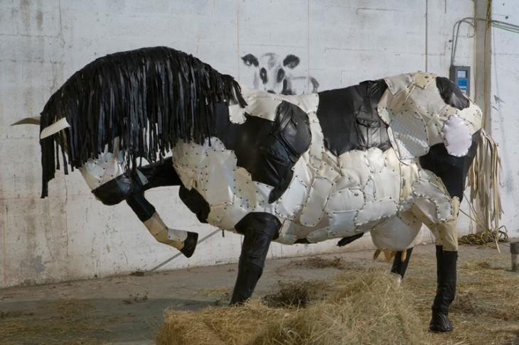 Художник создает фигуры животных из старых ботинок, швабр и кожаных сумок